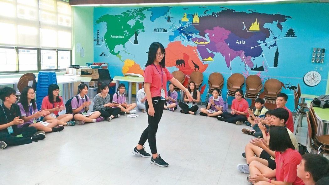 跨國銜轉學生多有適應問題,老師與同學必須多用心。教育當局也應提供國際語言教學,讓...